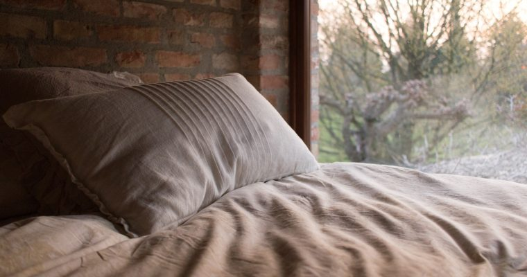 Idealna pościel do sypialni. Co warto wiedzieć o materiałach?