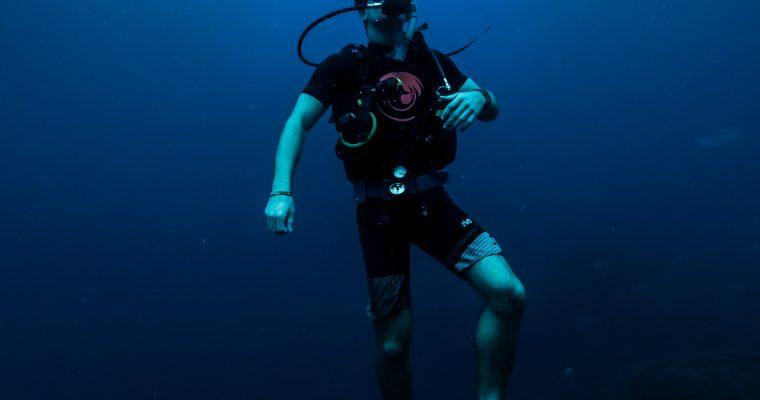Lubisz spędzać czas nad wodą? – poznaj możliwości związane z ukończeniem kursu nurkowania w Szczecinie!